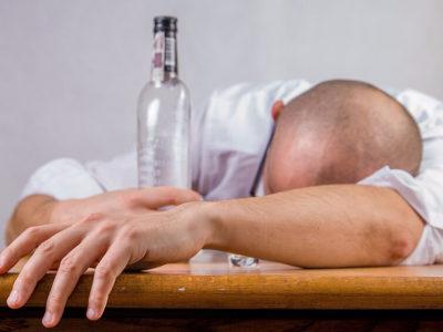 Спящий мужчина с бутылкой